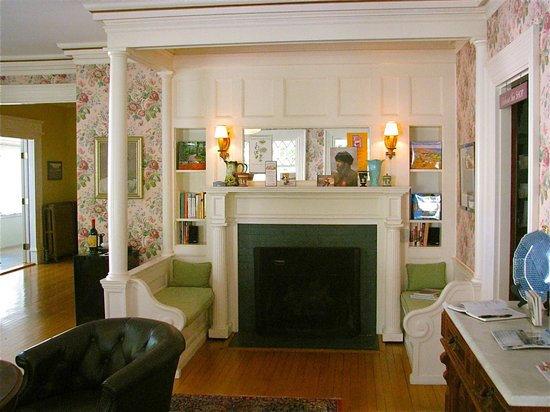 Belmont Inn : Parlor reading area