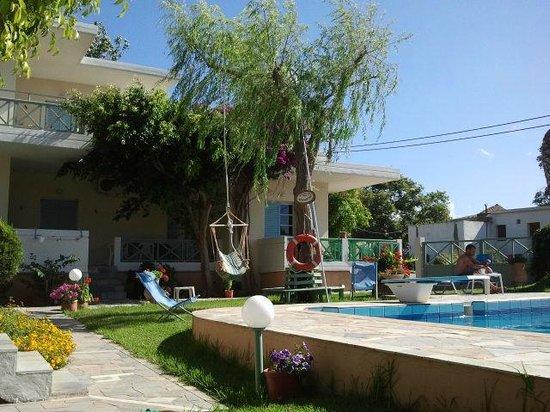Cormoranos Apartments: Area relax piscina