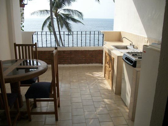 Emperador Vallarta Beachfront Hotel & Suites : Kitchenette on balcony
