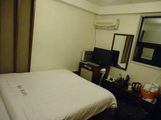 Pearl Hotel: Queen size bed room with attached bathroom
