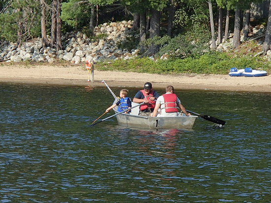 Papoose Pond Family Campground & Cabins: Rowing around Papoose Pond