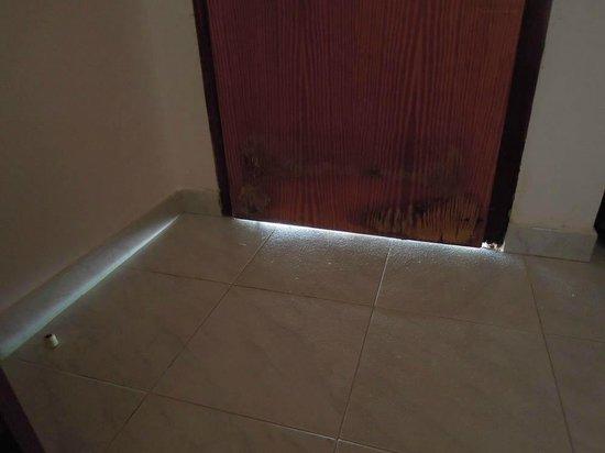 Hotel Residence Costa Azzurra: porta con presa d'aria...