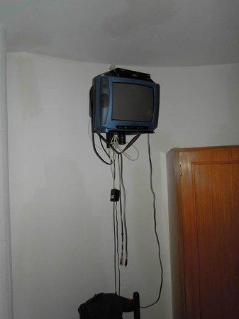 Hotel Residence Costa Azzurra: televisione modello antico con fili volanti...