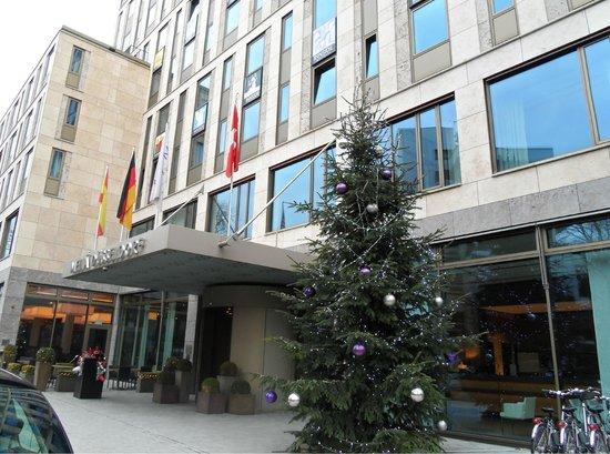 Melia Duesseldorf: Front of Melia hotel