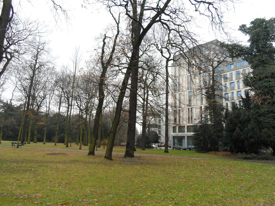 Melia Duesseldorf : View of the Melia hotel from the park
