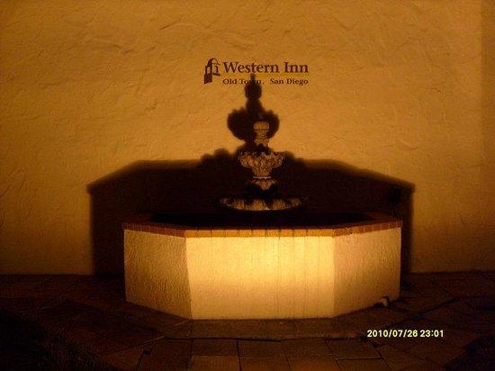 Western Inn & Suites : Outside lobby