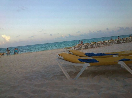 Mediterranean Bay Hotel : Playa cercana al Hotel Mediterranean Bay