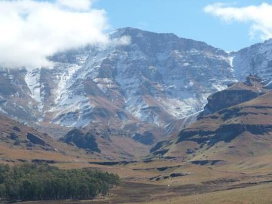 Gooderson Drakensberg Gardens Golf & Spa Resort: snow on the mountains
