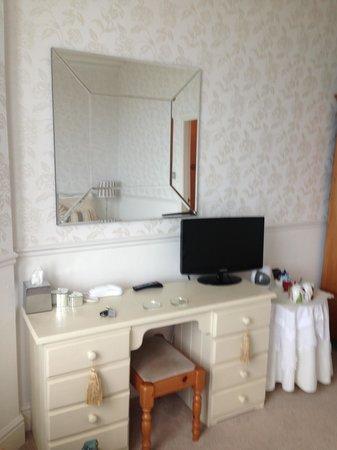 Glyn-y-Coed Hotel: Room 6 dressing area