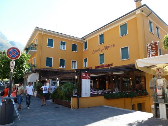 Hotel Alpino: View of the hotel from the square