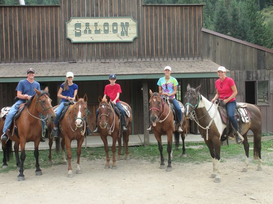 Red Horse Mountain Ranch : Family Ride......