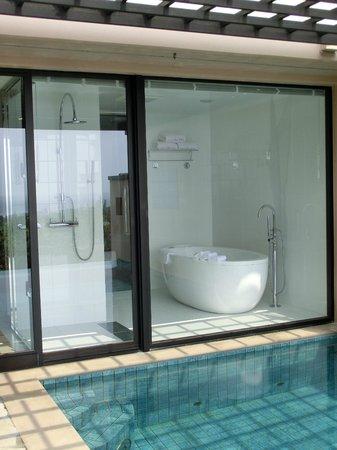 Shigira Bayside Suite Allamanda: プールからみたバスルーム