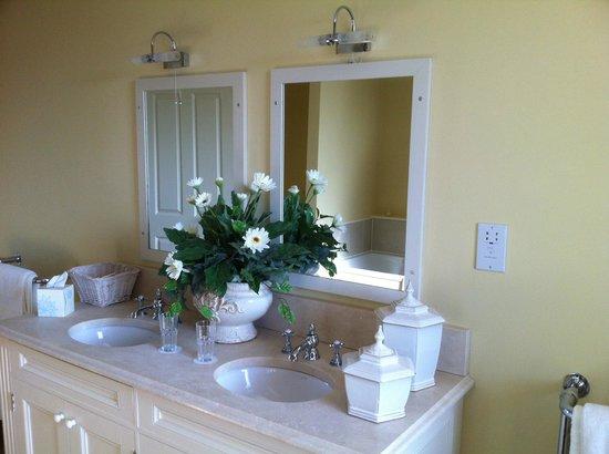 The White Bear Country Inn: Penthouse bathroom