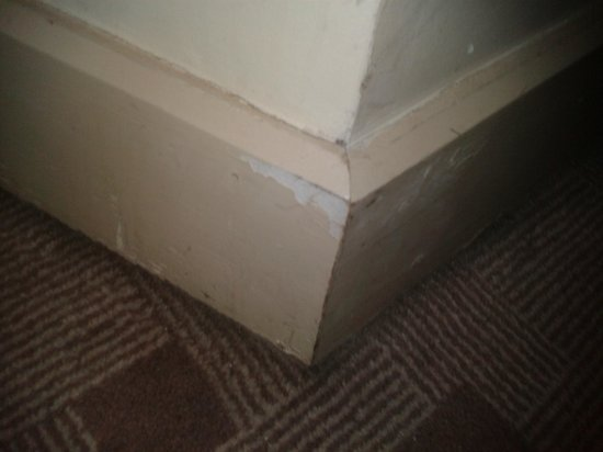 Fitzwilton Hotel: dirty chipped paint