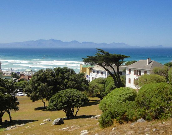Amberley Travellers Lodge: View from Muizenberg park