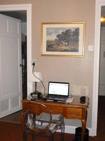 Grand Hôtel Bellevue : Room with view of bathroom door, on left, and hallway, right