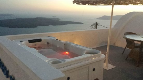 Nomikos Villas : Our balcony with hot tub. luvverly!
