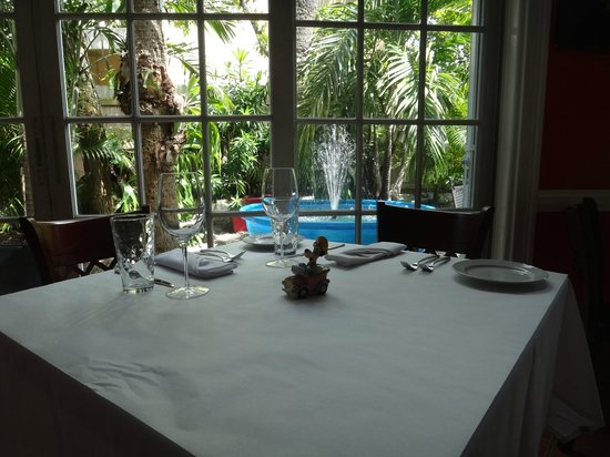 Patio Delray: Relaxing Table by Bubbly Fountain