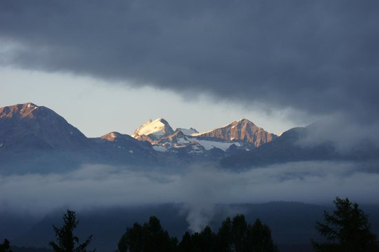 Alpenhotel Quadratscha: Blick morgens bei Nebel Richtung Piz Bernina