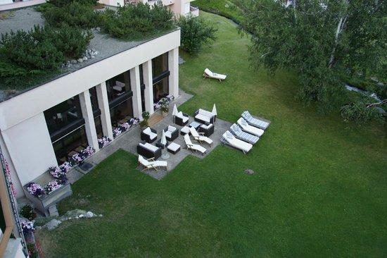 Alpenhotel Quadratscha: Wiese vor dem Schwimmbad und Wellnessbereich