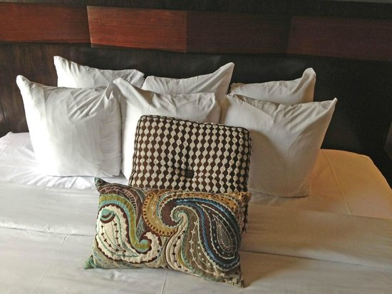 The Tavern Hotel: piles of pillows!
