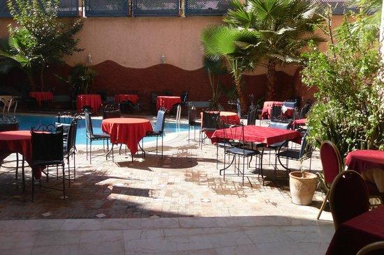Hotel Hicham : Morning coffee..poolside.