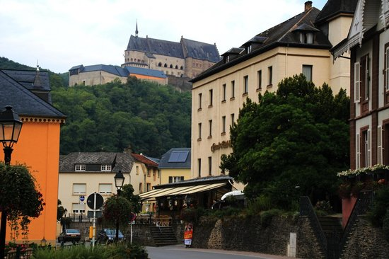 Grand Hotel de Vianden : View of the hotel and chateau