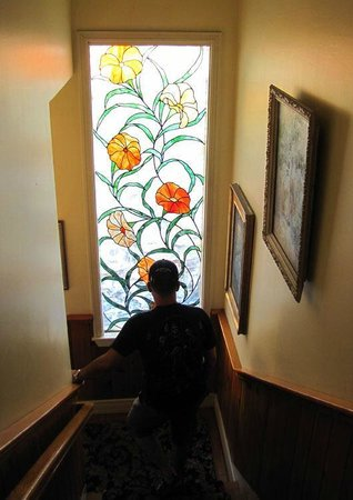 ‪‪The Old Turner Inn‬: Stained glass window along the staircase‬