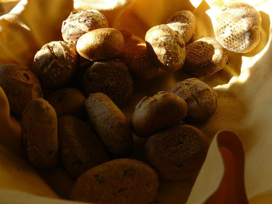 The Rustico Hotel: Delicious freshly baked bread rolls