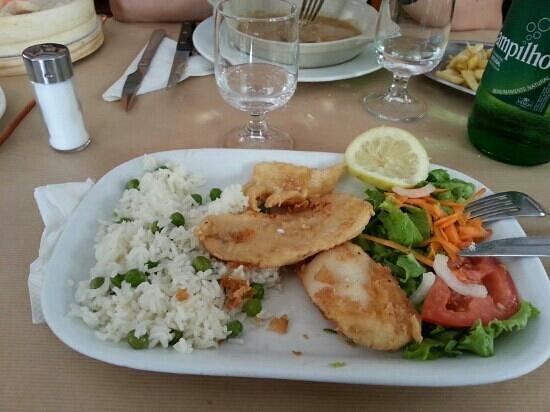 Restaurante Faca & Garfo: pescato panato e fritto con contorno di riso e piselli e insalata...eccezionale!!!!