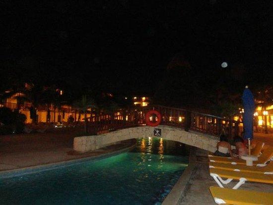 The Reef Coco Beach: Alberca de noche