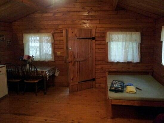 Pinch Pond Family Campground and RV Park: Large Bed and Kitchen Table