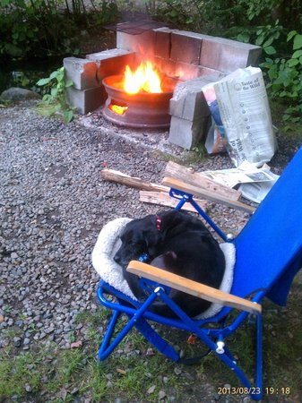 Country Bumpkins Campground and Cabins: Saasy girl enjoying campfire