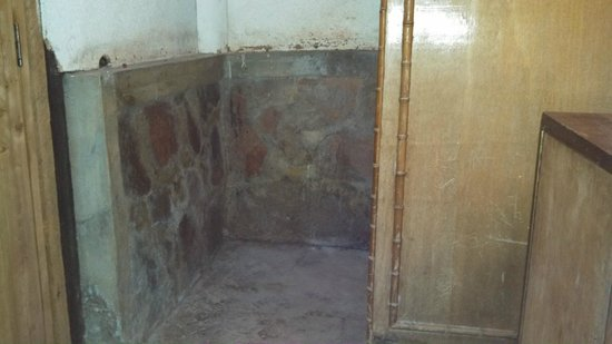 Siana Springs: dilapidated bathroom with no hot water or functional toilet