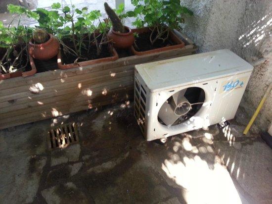 Agriturismo La Pergola: esterno camera inagibile a causa del motore del condizionatore e dell'acqua che cadeva dall'alto