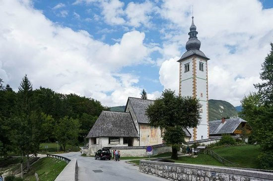 Hotel Bohinj: Church just beside the hotel