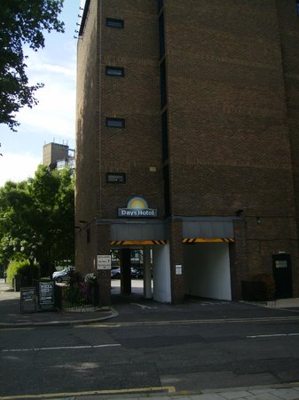 Days Hotel London- Waterloo: Entrada Parking hotel