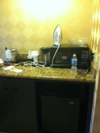 Sheraton La Jolla Hotel : Microwave, Fridge, and coffee station in room 422
