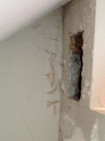 Residence Pelican: leaking hole in wall next to a bed