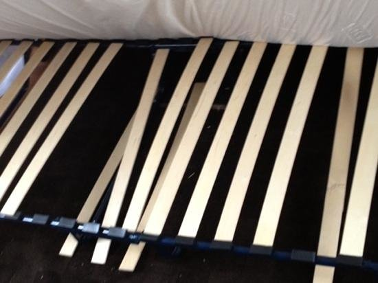 Residence Pelican : the bed that collapsed in the middle of the night