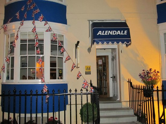 The Alendale Guest House: Alendale at night .....