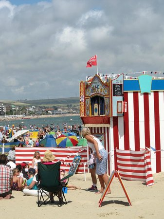 The Alendale Guest House: Punch and Judy on the beach .....