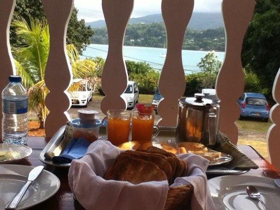 لا ريزيدنس: Petit déjeuner sur le balcon