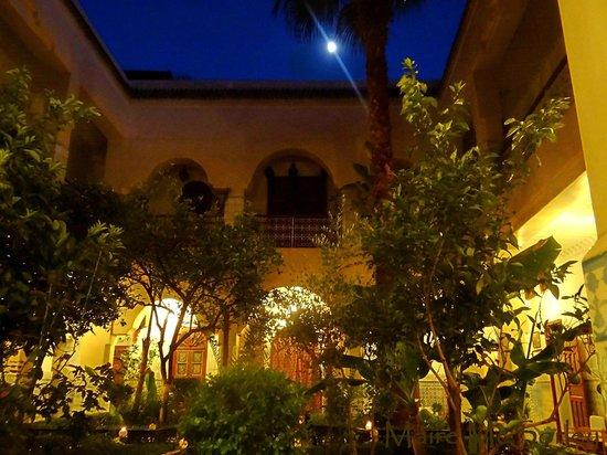 Riad Dar Sbihi: Riad courtyard by moonlight