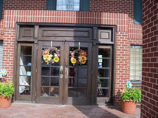 Quality Inn: the front of the hote