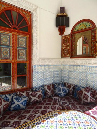 Riad Dar Sbihi: Outdoor courtyard seating