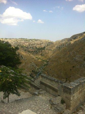 Sassi di Matera : Panoramica del acantilado que presenta Matera