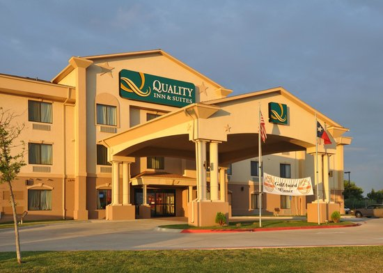 Quality Inn & Suites: Outside View