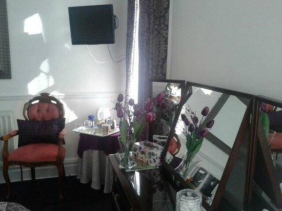 Number 10 Guest House: dressing table