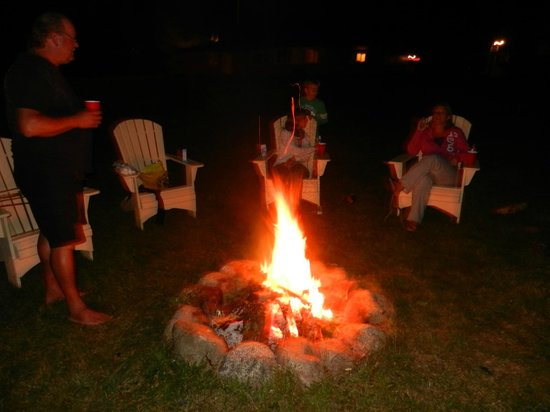 Lighthouse Motel: Campfire in the backyard